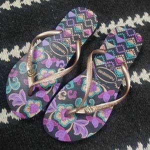 Havianas Black Gold Purple Floral Flip Flops. 7/8